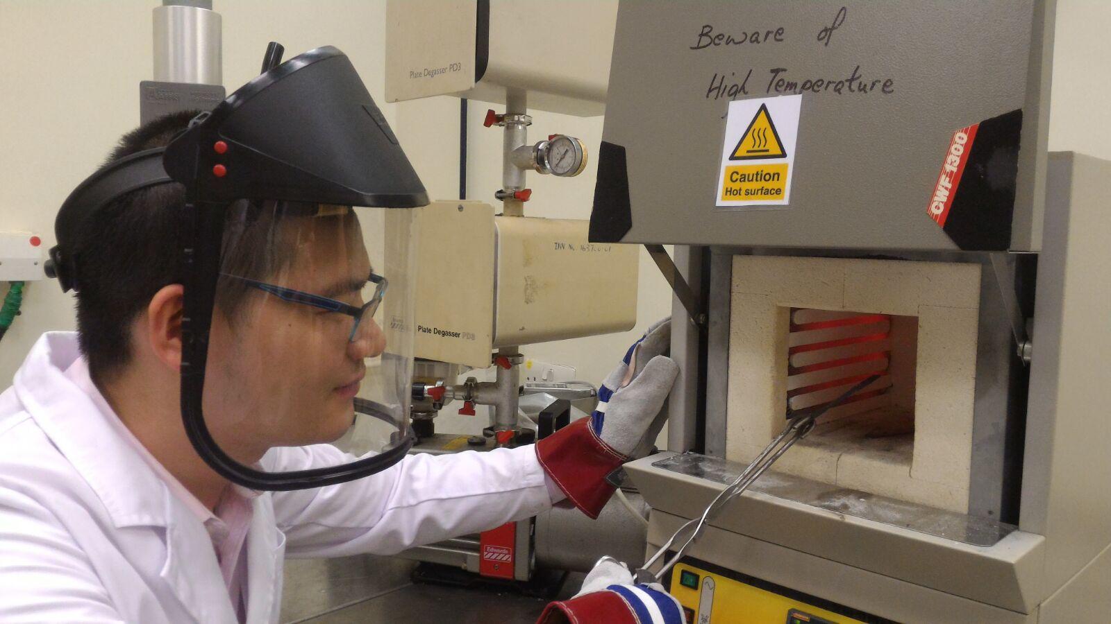 科研團隊人員使用「熱處理爐」以400度以上高溫進行「回火」步驟。