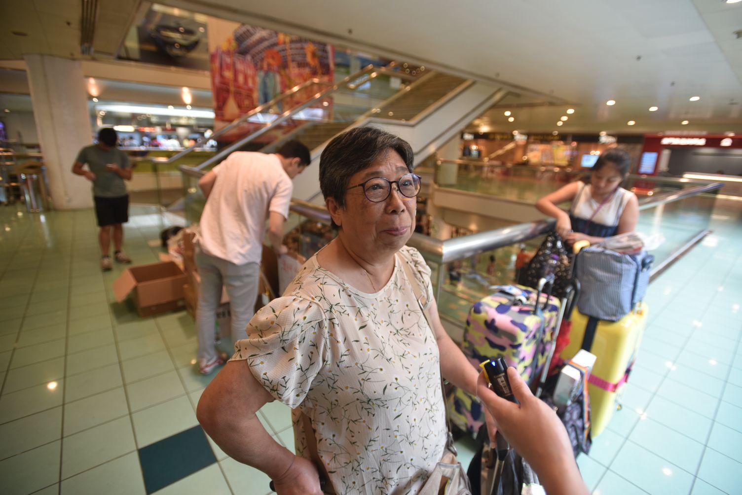 鄭女士買了一批餅乾及樽裝水帶回澳門。