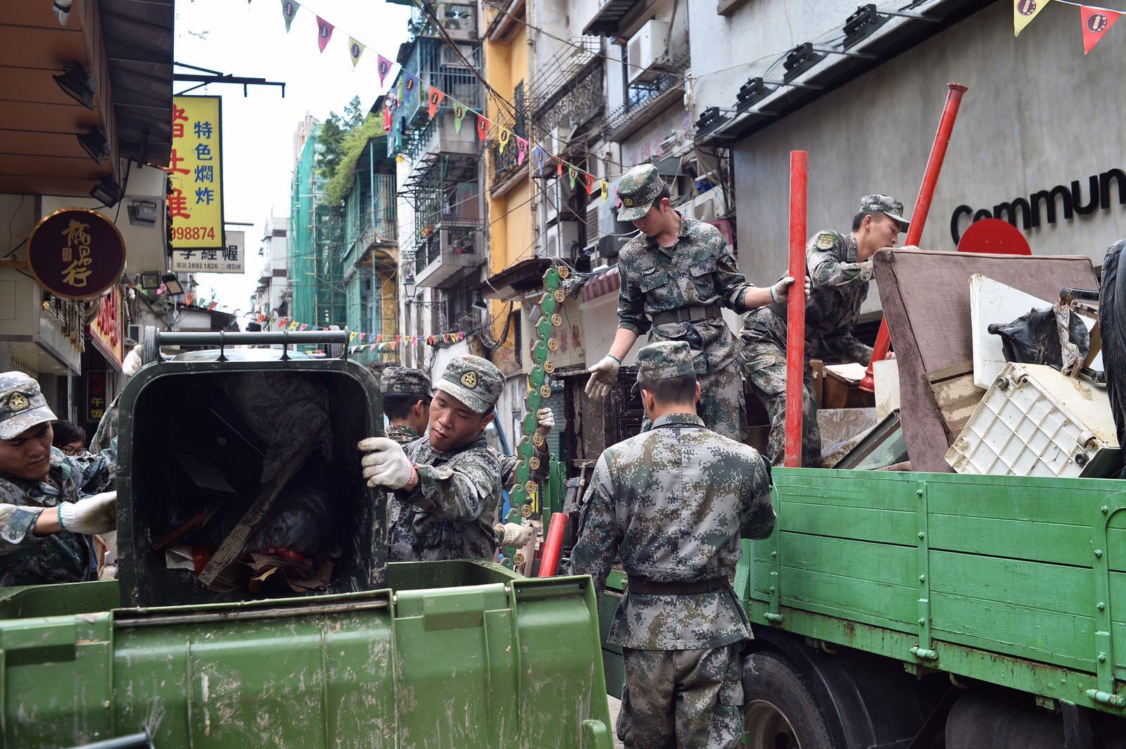駐澳解放軍助救災。