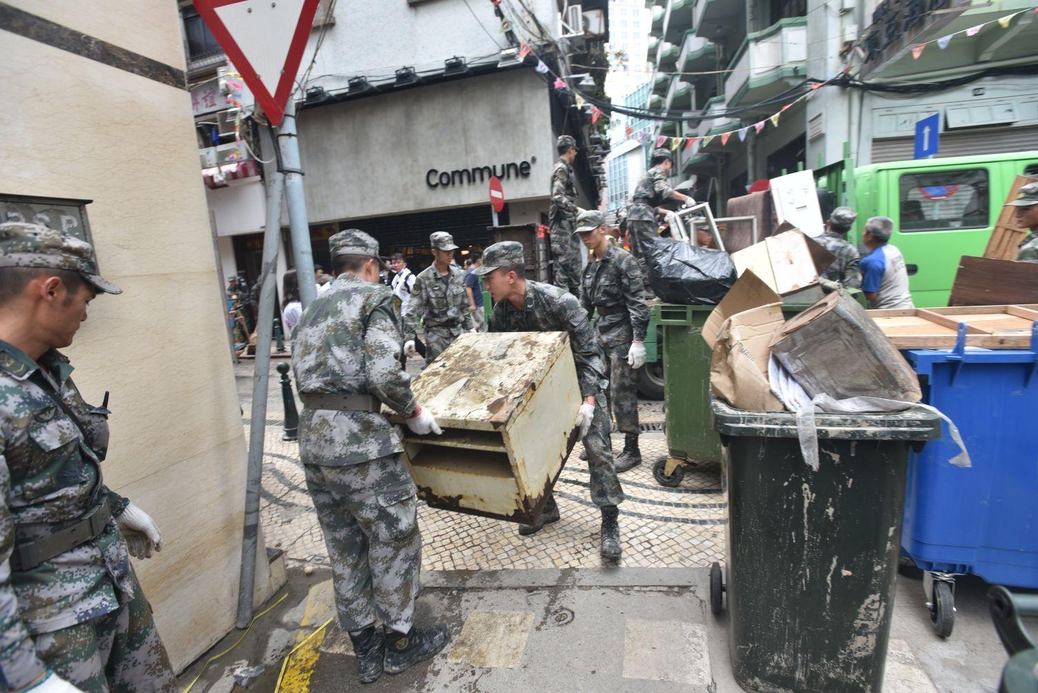 多名軍人幫忙清理並搬走垃圾。楊偉亨攝