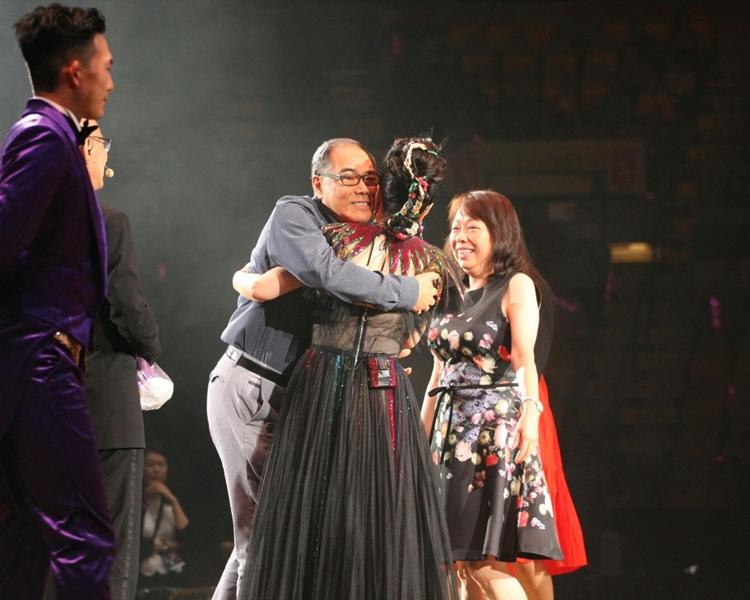 台上洋溢着溫馨氣氛。