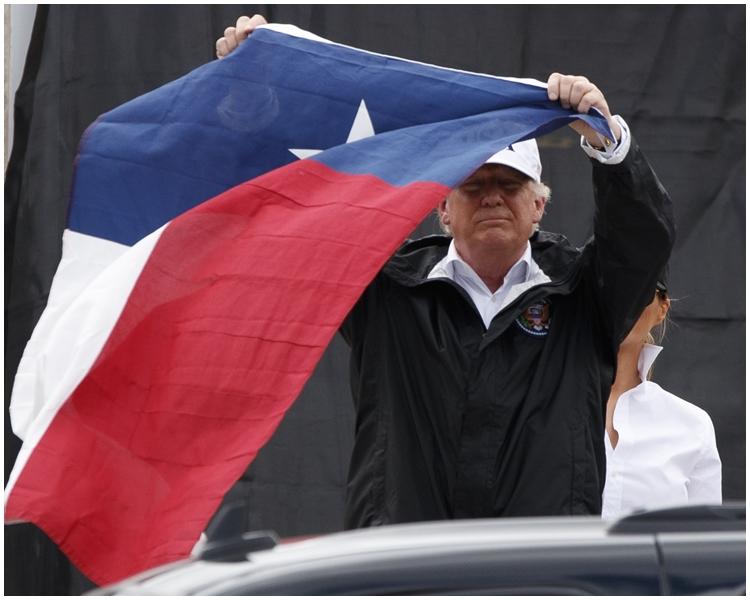 特朗普挥动德州州旗以振奋人心。图片