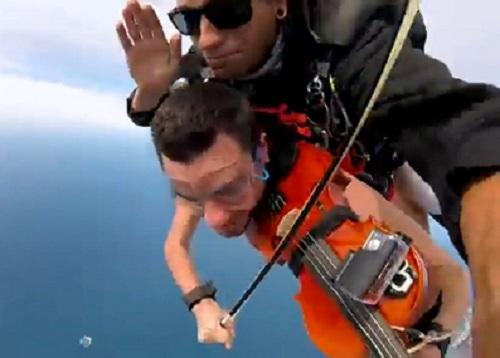 澳洲一名音乐家在生日挑战全裸高空跳伞。 网上图片