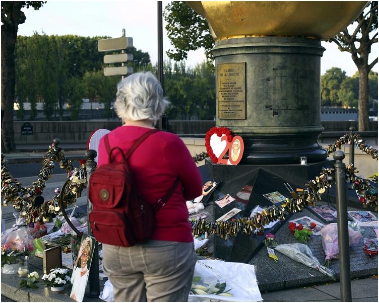 戴安娜当年发生车祸的法国巴黎现场,不少人到场献花。