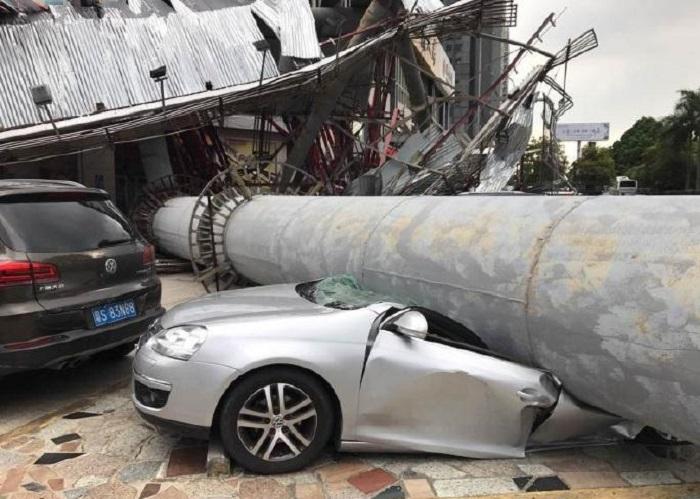 有車輛被攔腰壓斷(網上圖片)