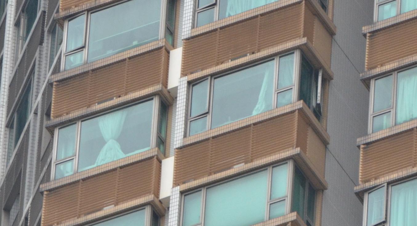 涉事單位的一隻面向天井平台的窗門打開。