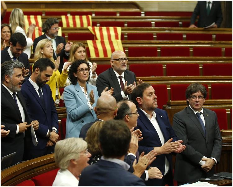 加泰隆尼亞地方議會通過舉行公投,以決定加泰隆尼亞是否脫離西班牙獨立。AP