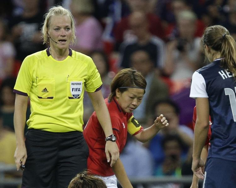 施迪恩侯絲(左)曾吹女足世盃及奧運決賽。AP