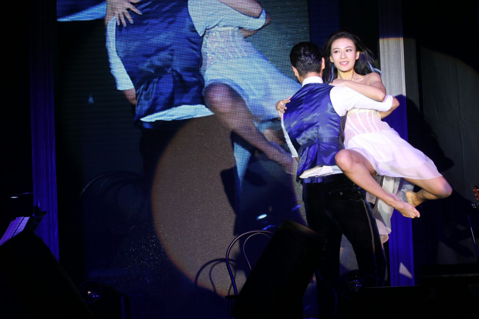 Elanne換上透視婚紗與Oscar在台上浪漫共舞。
