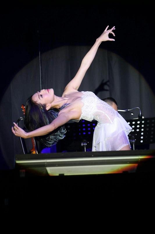 Elanne換上透視婚紗跳舞。