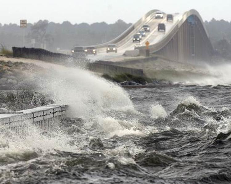 風暴潮導致出現高達12英尺的海浪。美聯社