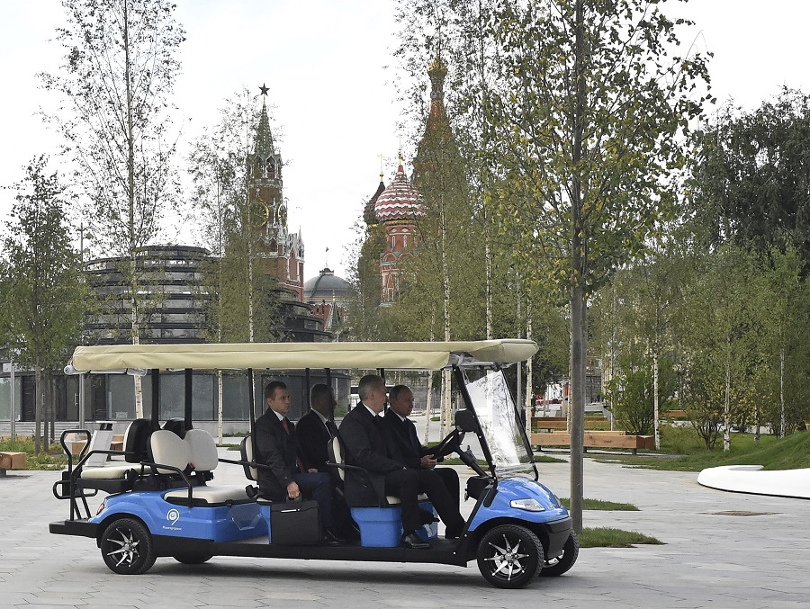 總統普京在莫斯科市長陪同下親自視察。AP