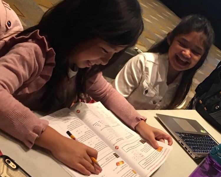 小雲妮Angelica Hale,亦會在同組出賽,二人日前一起「坐定定」做功課。fb圖片