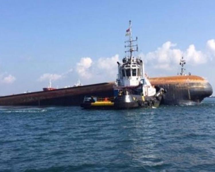 挖泥船被撞後傾斜。網上圖片