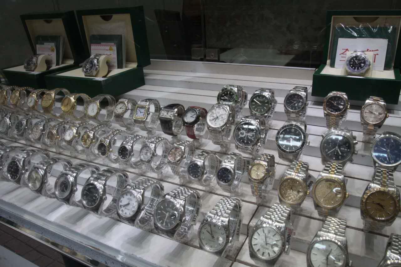 賊人要求店員取出一隻價值約11萬元的勞力士地通拿手表讓其試戴。林思明攝