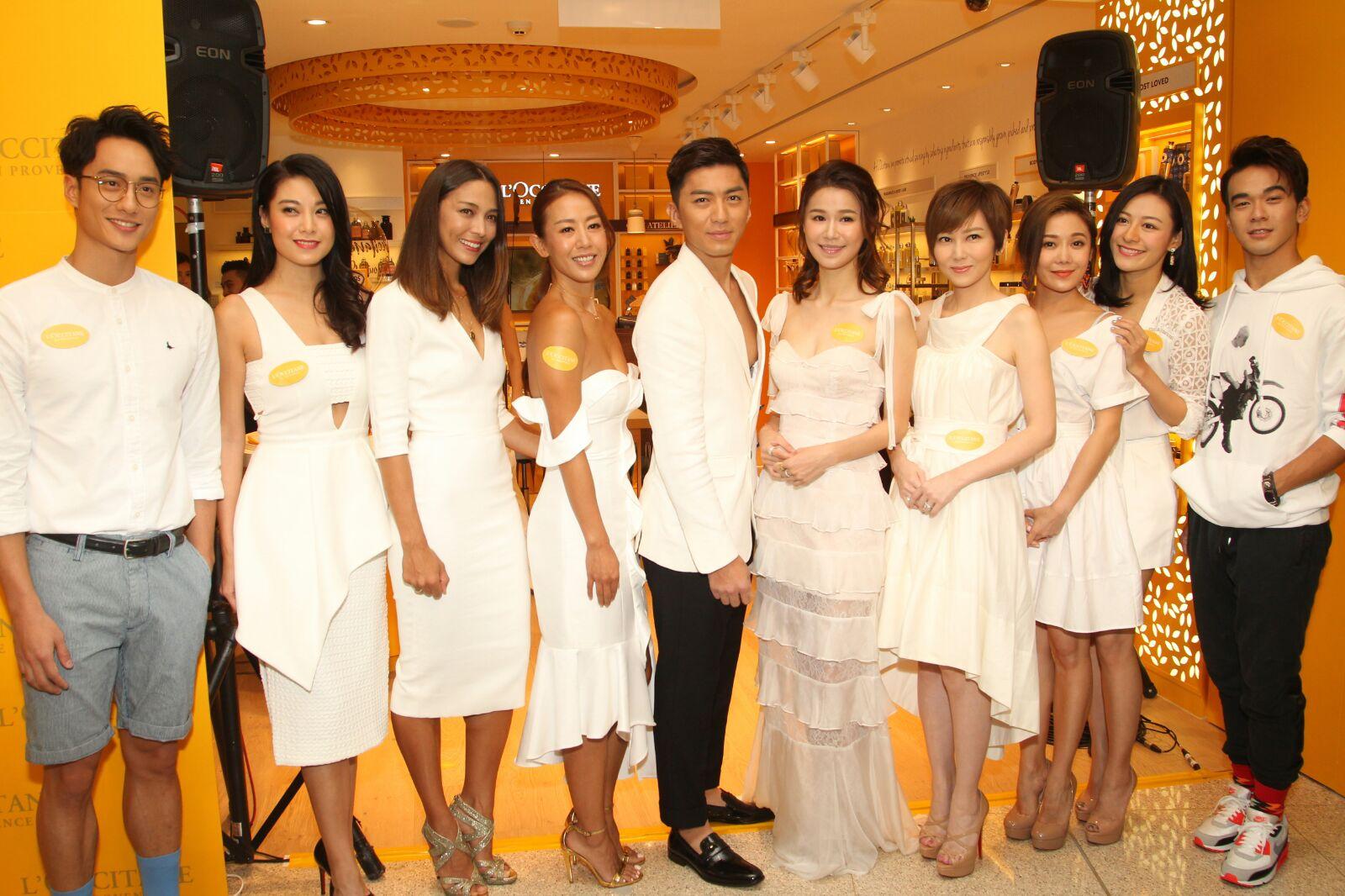 眾人出席護膚品牌開幕活動。