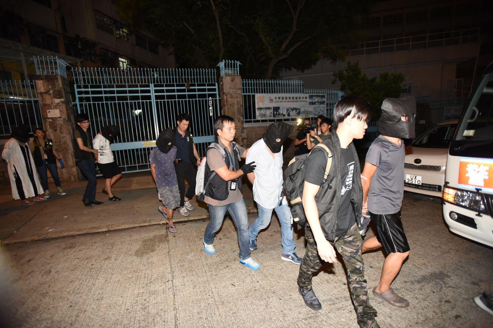 警方拘捕7名男女。尹敬堂攝