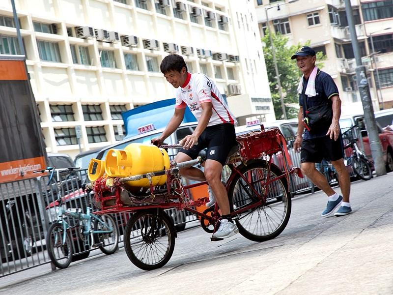 阿寶試踩雄哥的單車,單是載兩罐石油氣都要時間掌握平衡。