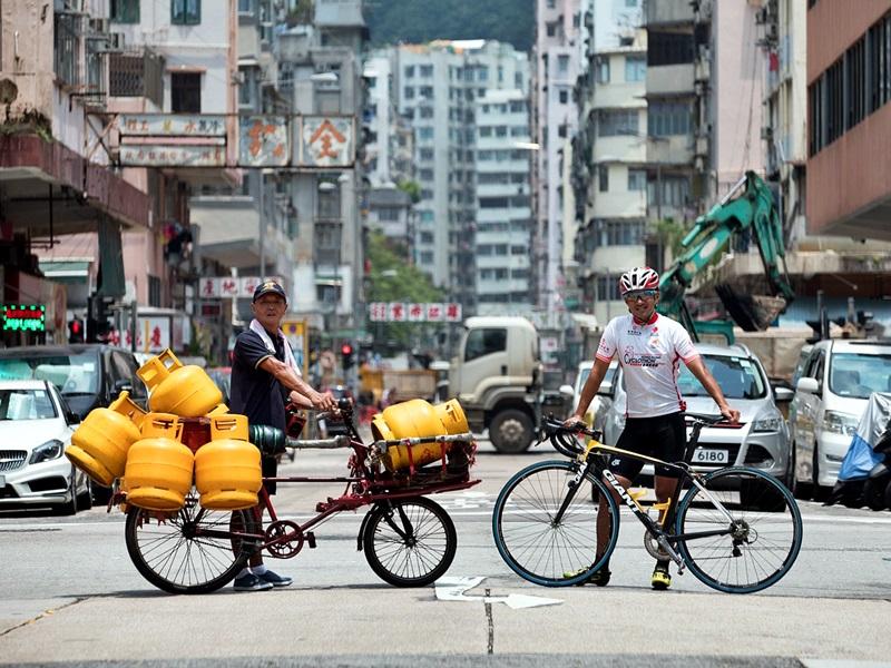 阿寶與雄哥(左)兩位單車高手,惺惺相惜。