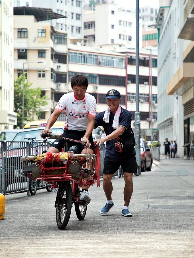 阿寶試踩雄哥的單車後,笑說「香港車壇真是臥虎藏龍!」