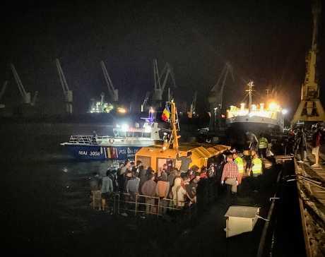羅馬尼亞海岸警衛隊從黑海一艘遇難船隻中救出約153名移民。AP