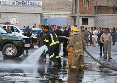 消防員在現場善後。AP
