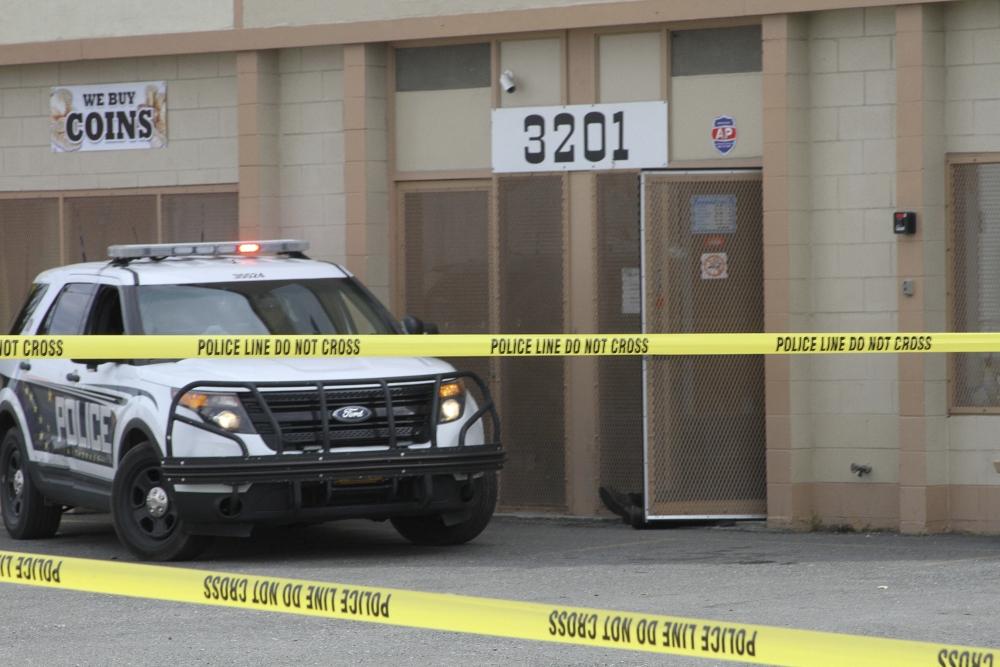 大批警方人員到場封鎖校園進行調查。AP