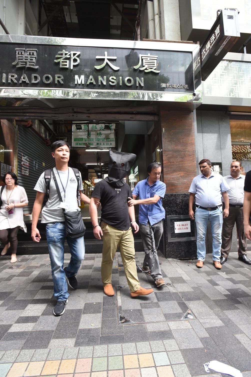 警方下午押其中一人,到尖沙嘴美麗都大廈下榻的賓館搜查。