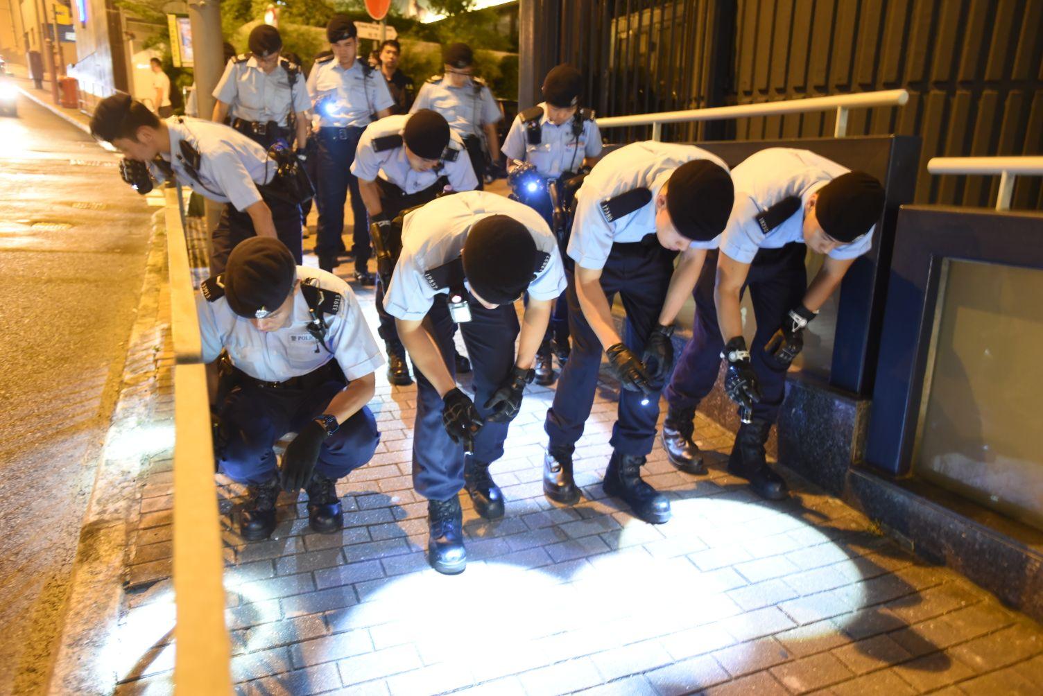 機動部隊警員到場在成和道兩旁行人路搜尋子彈