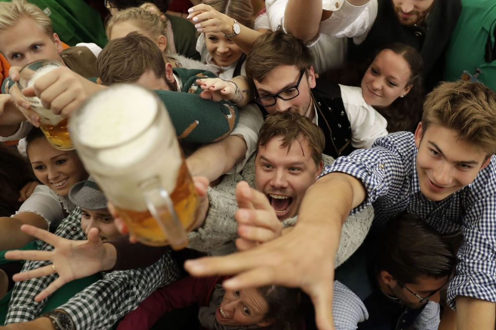 在啤酒節,要嘆杯啤酒代價不菲,1公升啤酒售價高達10點95歐羅(約100港元)。AP