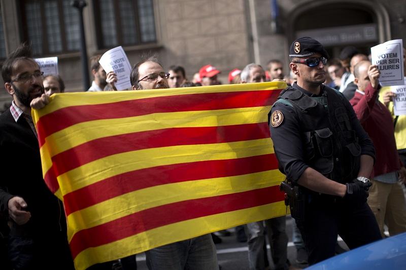 爭取獨立的示威者高叫「獨立」、「我們投票」等口號。AP
