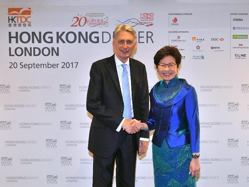 林鄭月娥(右)與英國財政大臣夏文達在晚宴前合照。政府新聞處