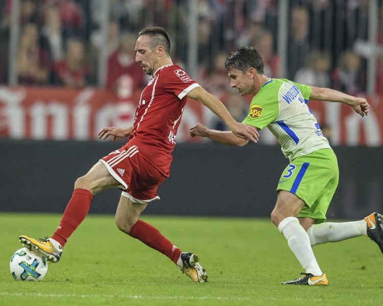 拜仁(紅衫)主場被禾堡逼和2:2。AP