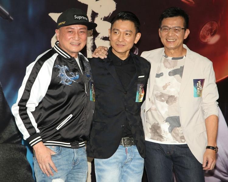 黃日華(右)表示於十年前跟劉德華(中)、苗橋偉、湯鎮業(左)合演電影《兄弟》,今次演出只得三虎。