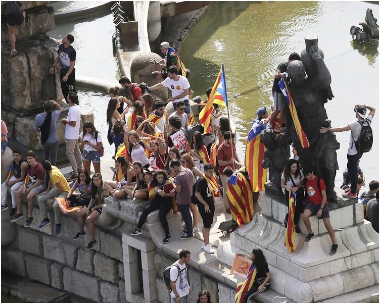 大批學生參與遊行,到處都見到紅色和黃色的獨立旗幟。