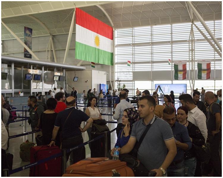 大批旅客趕在全面停飛前離開。AP圖片