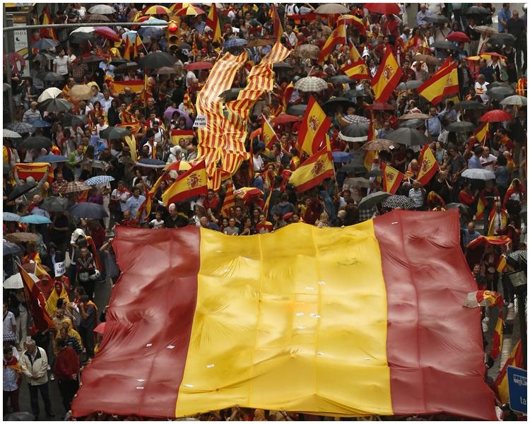 數以千計加泰羅尼亞人昨日在巴塞隆拿市中心遊行。AP圖片
