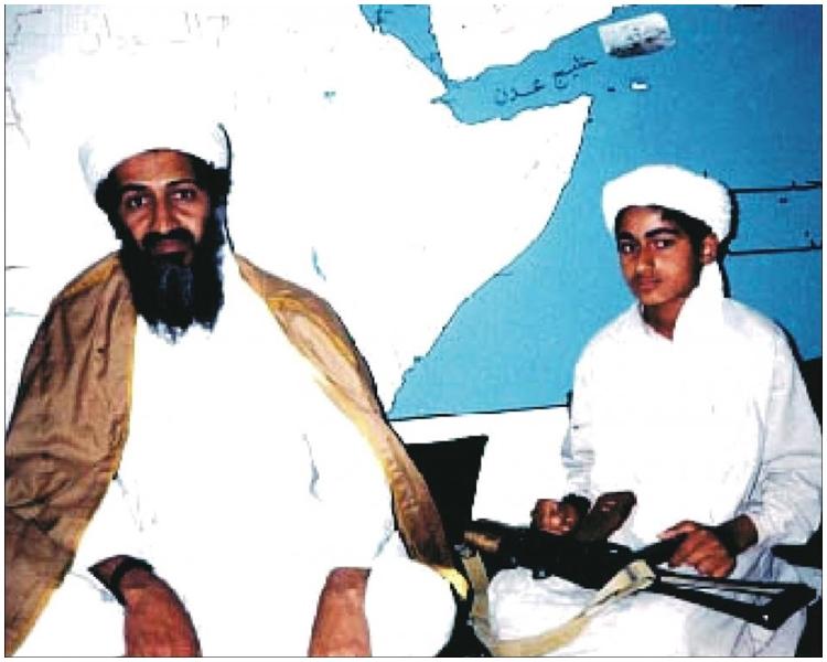 拉登與兒子哈姆札。網上圖片