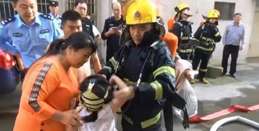 小女童掉紙條通知消防被困。網上圖片
