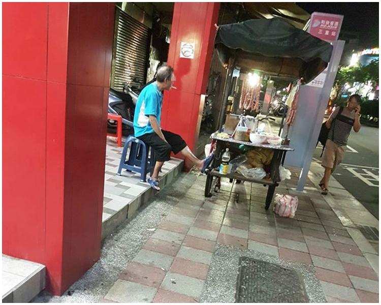 圖片只見一名老伯悠閒地坐在攤檔,未見其拾起地上竹籤。網上圖片