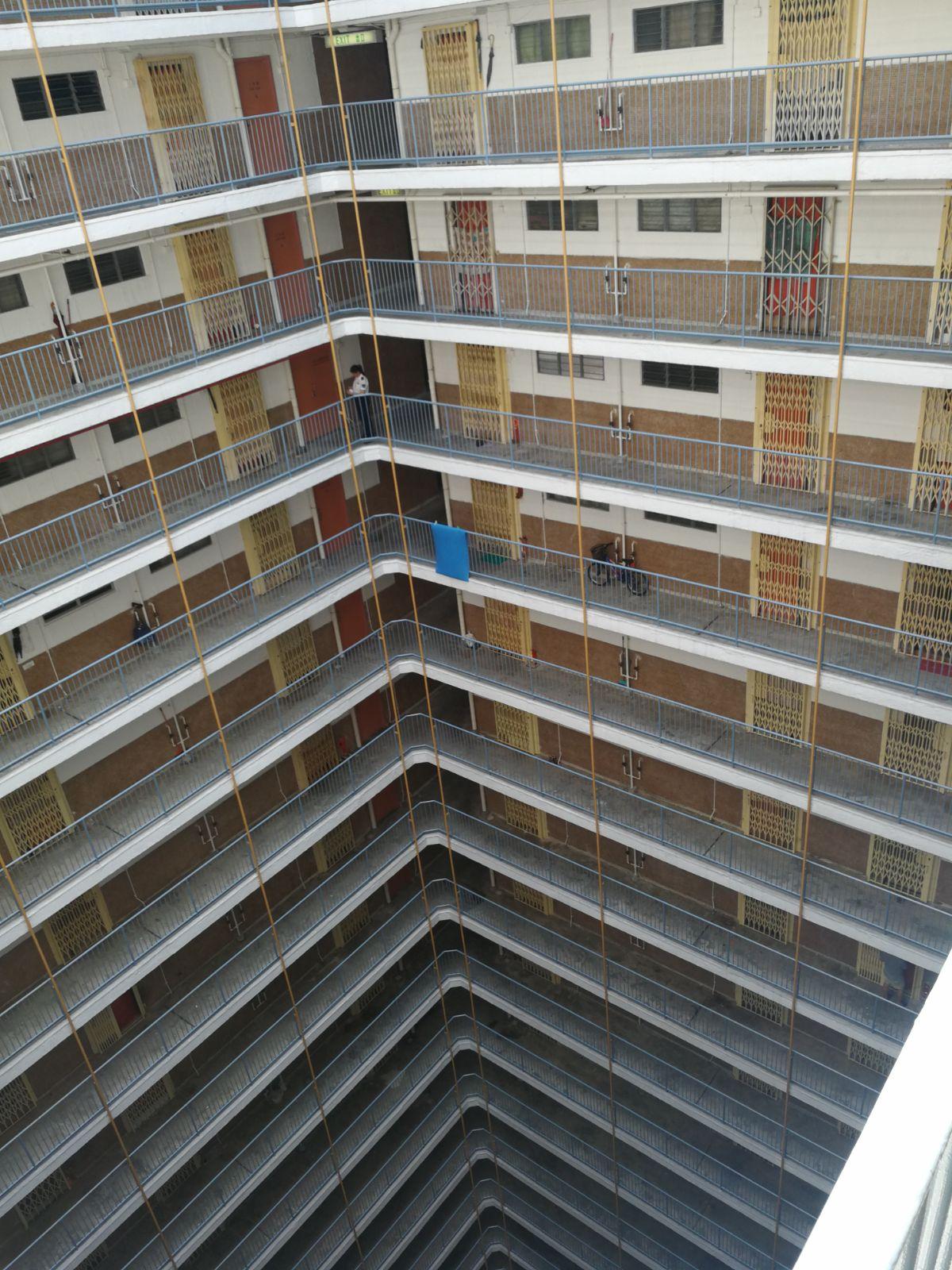 男生住在16樓一個單位。