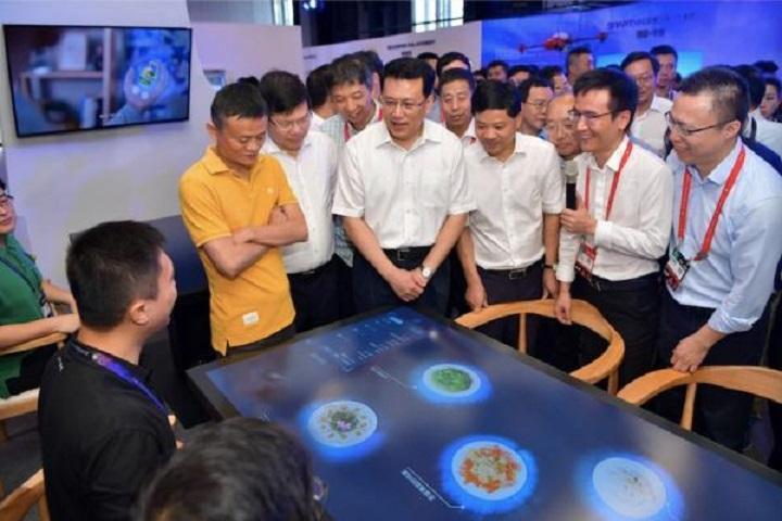 馬雲日前邀請浙江省省長袁家軍,一同體驗智能餐廳。