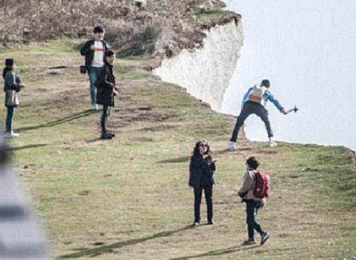 金惠媛為了拍出凌空效果的照片,在懸崖邊跳躍,但不小心失足跌入懸崖而死。 網上圖片