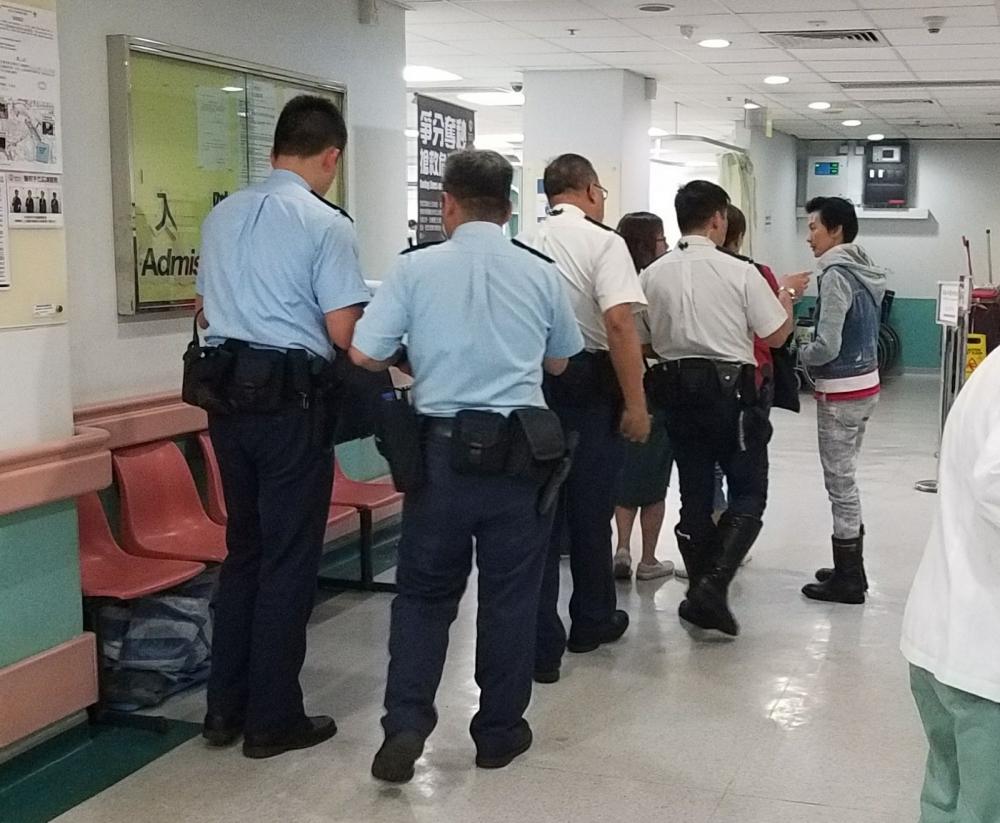 警方到醫院調查。楊偉亨攝