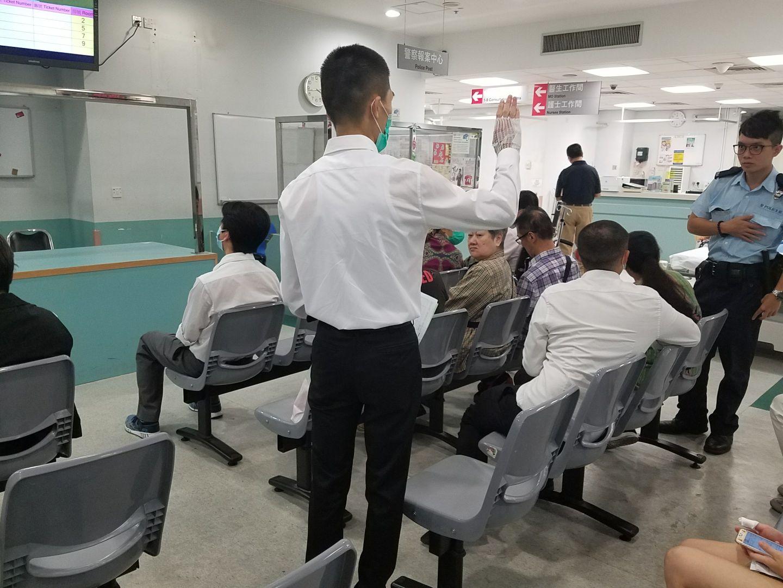 5名學警手部受傷送院治理。楊偉亨攝