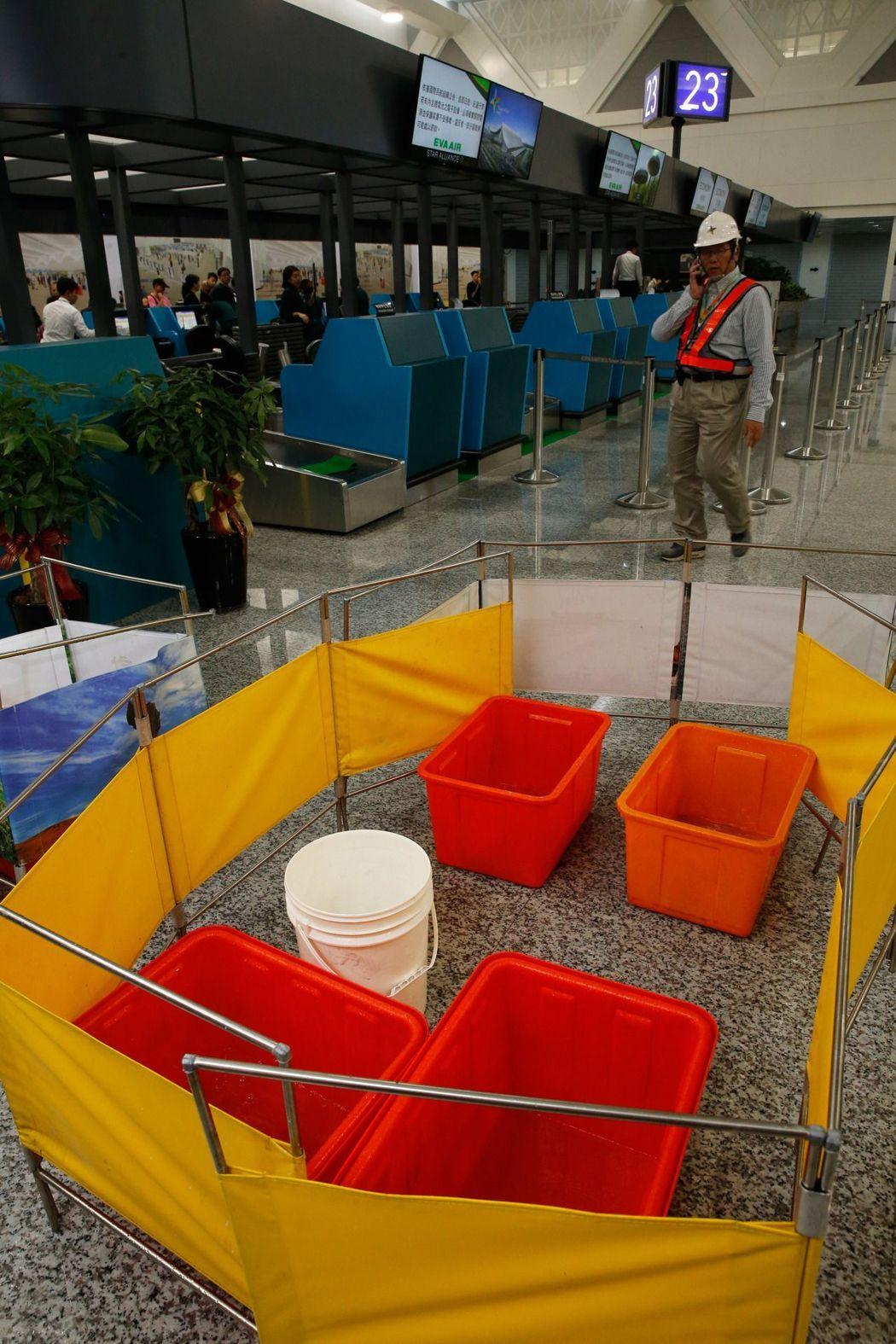 桃園機場出動膠水桶接住滴水。網上圖片