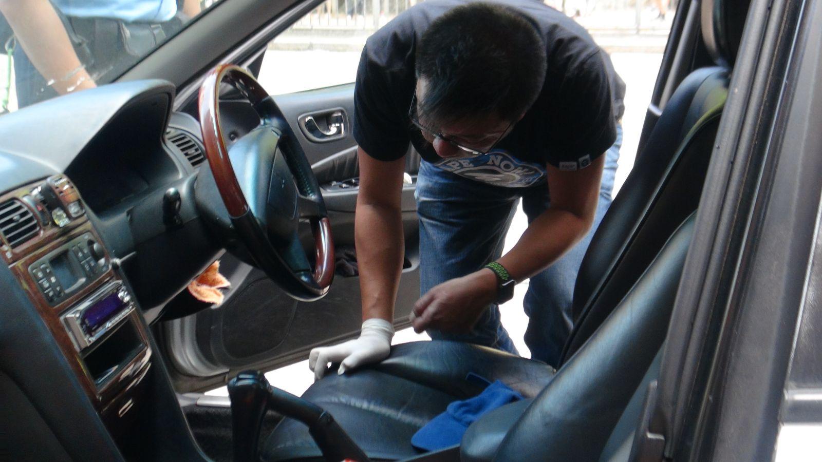 警員在車上搜查。林思明攝