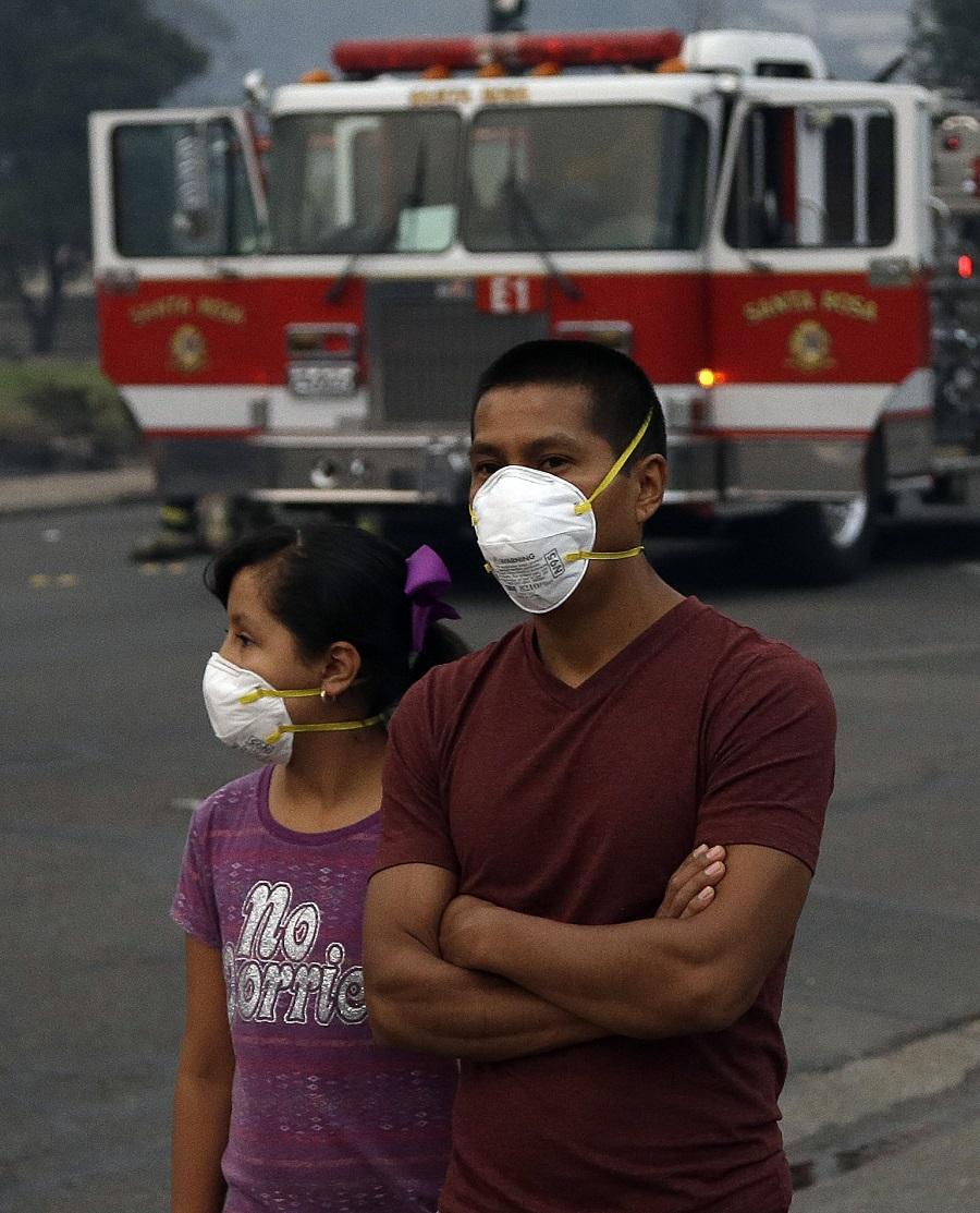 加州民眾外出都戴上口罩。AP圖片
