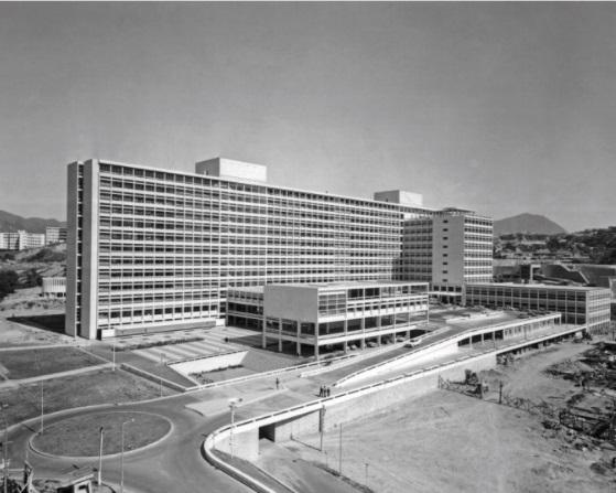 60年代的伊院,中下方的「紅白格仔廣場」清晰可見。政府新聞處提供