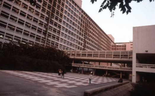 伊院現時D座手術室大樓的前身為空地,地面舖上紅白階磚,同事稱之為「紅白格仔廣場」。